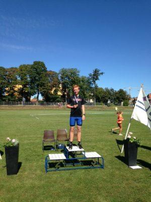 Erik Lidfors högst på pallen efter att ha persat på 800 meter.